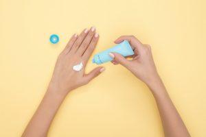 aplicar crema hidratante